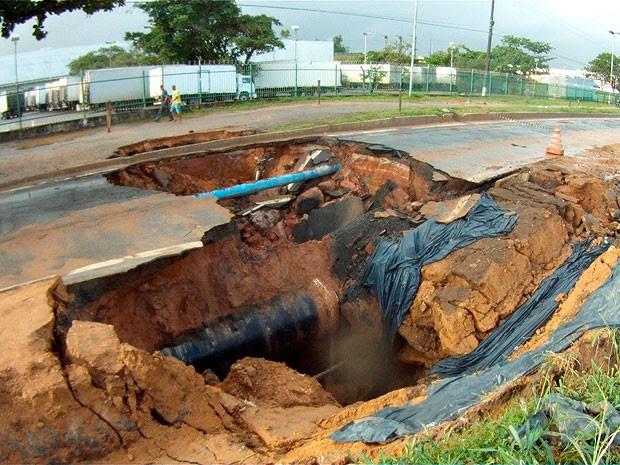 Trecho próximo a cratera ganha faixa improvisada na BR-324 sentido Feira  (Foto: Nido Santos/ TV Bahia)