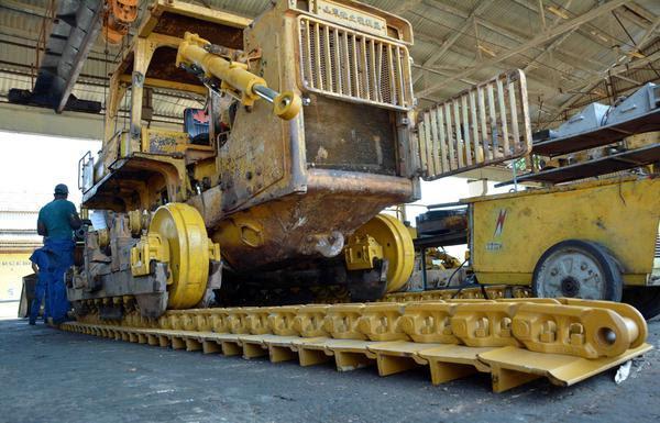 Instalan moderna tecnología para la reparación del sistema de rodaje de equipos pesados, en la planta de Soluciones Mecánicas (Somec), en Camagüey, 3 de abril de 2018. ACN FOTO/ Rodolfo BLANCO CUÉ