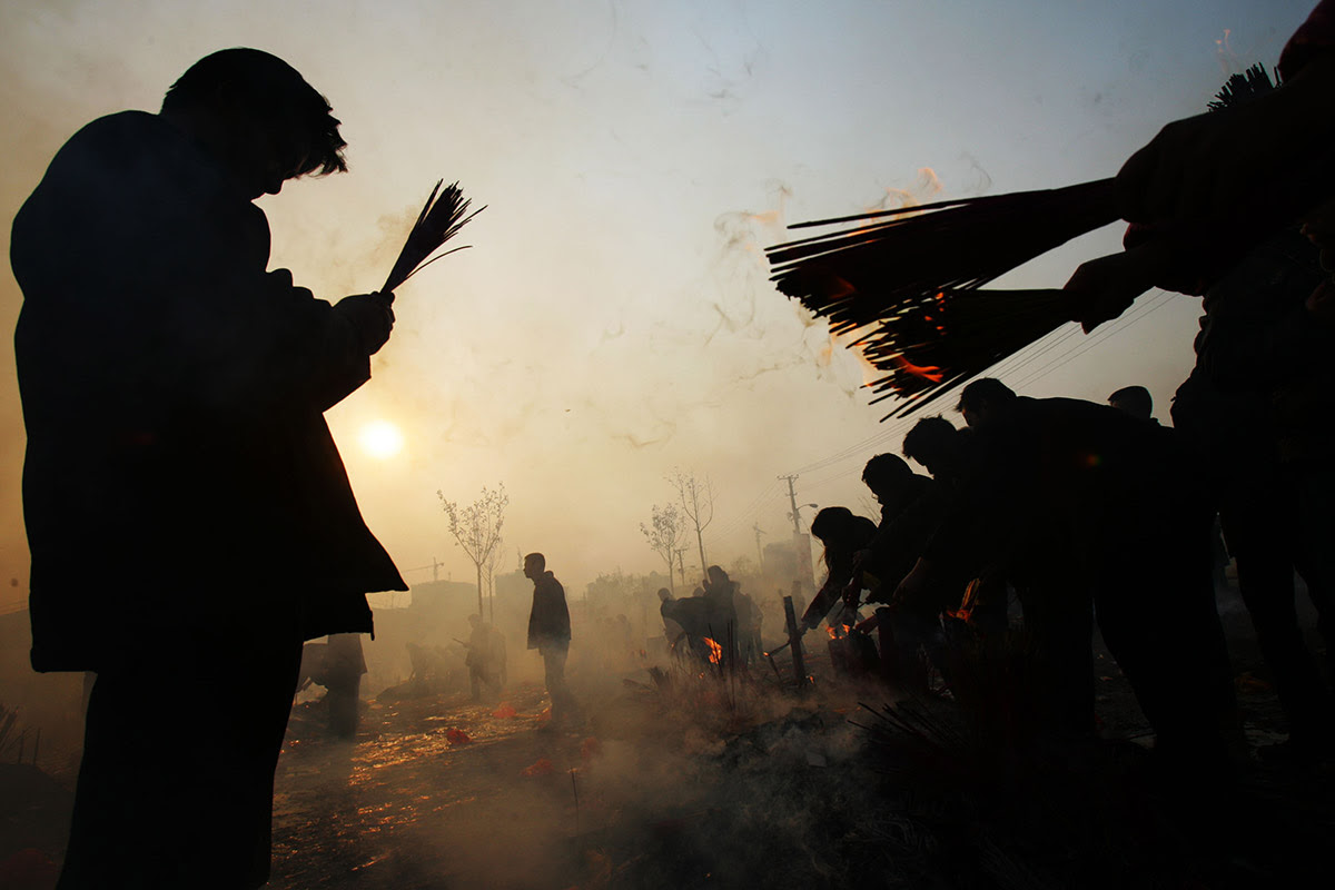 People burn incense to worship the God of Wealth at Guiyuan Temple in Wuhan. It is traditional to make offerings to the God of Wealth on the fifth day of the lunar new year
