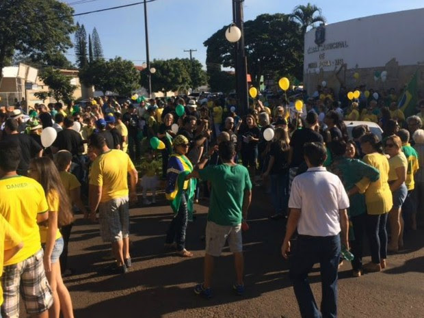 PONTA PORÃ (MS) - manifestantes fazem ato contra governo Dilma e corrupção (Foto: Martim Andrada/TV Morena)
