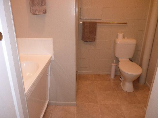 Twin Bathroom - Picture of Shoreline Motel, Taupo - TripAdvisor