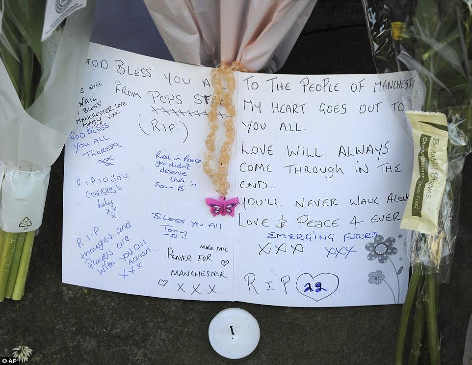 """Os cartões deixados em memória das vítimas foram assinados por moradores locais.  Este dizia: """"O amor sempre virá no final"""""""