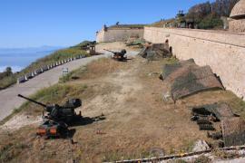 Tiro de artillería antiaérea en Ceuta.