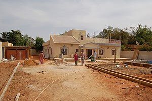 A upper class house in Niamey. Workers are lay...