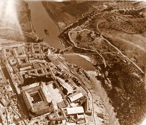 Foto aérea del Puente de Alcántara (Toledo) a mediados del siglo XX