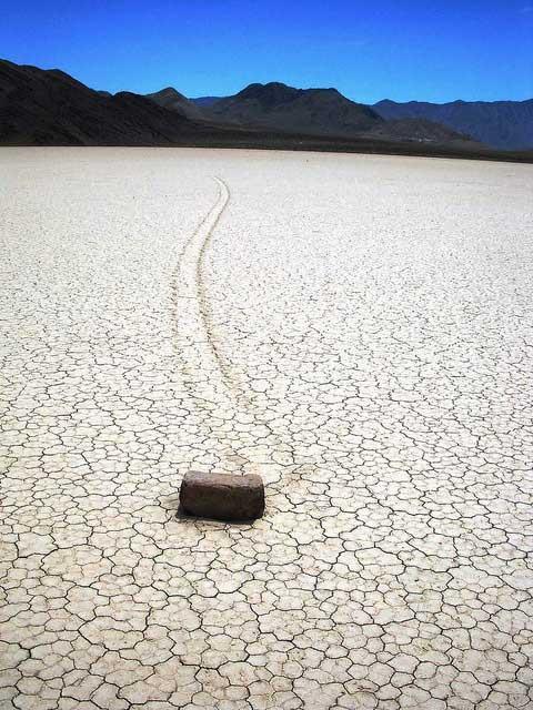 Στην κοιλάδα του Death Valley, οι βράχοι κινούνται από μόνοι τους!