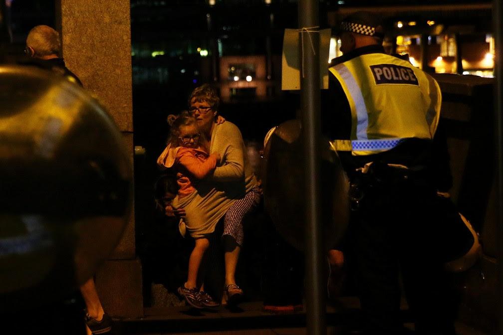 Pessoas se protegem perto da London Bridge após incidente terrorista (Foto: REUTERS/Neil Hall )