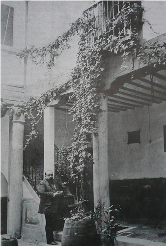 Ventura Reyes Prósper en un patio de la Calle de la Lechuga (Toledo)
