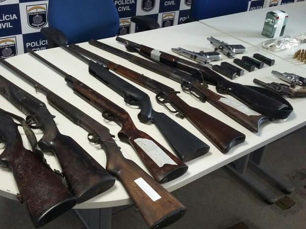 Armas apreedndidas na casa do prefeito de Catende (Foto: Artur Ferraz/ G1 PE)