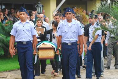 Corpo de piloto de avião que caiu no Recife é sepultado em Jaboatão dos Guararapes (Foto: Bobby Fabisak/JC Imagem/AE)