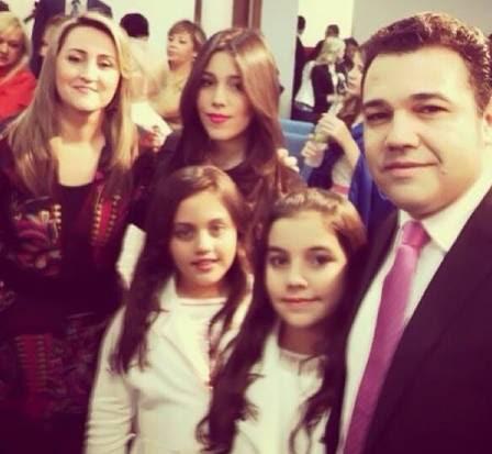 Karen com a mãe, o pai, Marco Feliciano, e as duas irmãs mais novas