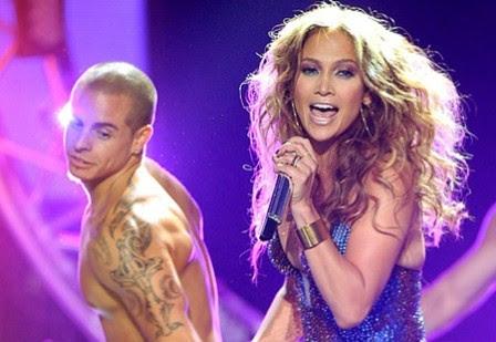'Phi công trẻ' của Jennifer Lopez bị tố đồng tính