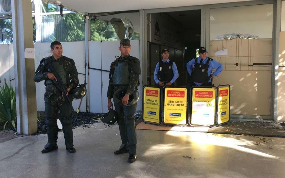 Seguranças e militares do Exército fazem a segurança da entrada principal do Ministério do Planejamento (Foto: Luiza Garonce/G1)