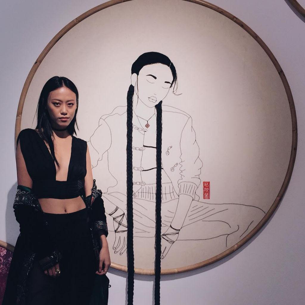 Artista borda retratos de mulheres com cabelos que saltam da tela 12