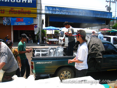 selling ice during songkran