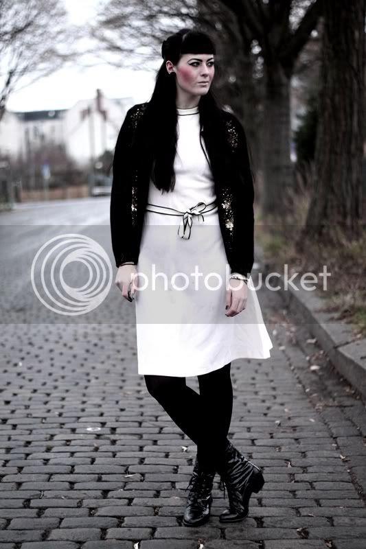 vintage outfit kleid weiß angora cardigan bestickt mit pailletten und perlen