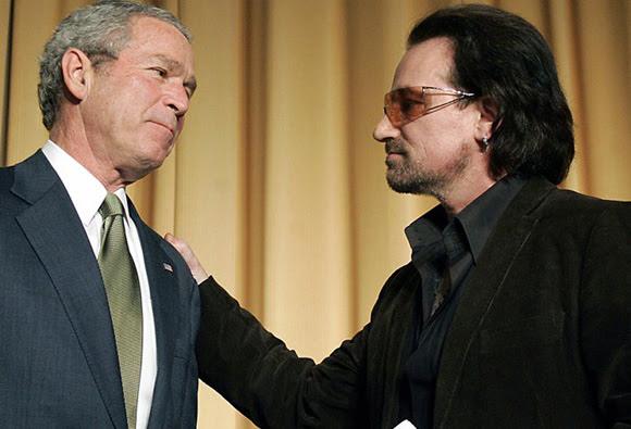 """Un nuevo libro, publicado por Harry Browne y que lleva el nombre de """"Bono: en el nombre del poder"""" revela motivos por los que todos deberían odiar al cantante de la agrupación más importante de Irlanda. En la publicación, por ejemplo, el autor asegura que U2 se quedó tanto tiempo en Irlanda no por el amor que le tienen a su patria como ellos aseguran sino porque aprovechaban una ventaja que le ofrecía el fisco. Allí los artistas no pagaban impuestos por su obra. En 2006 se puso un tope de 250 mil euros anuales y esto afectó a la banda que, en ese momento, decidió trasladar parte de su editorial a Ámsterdam, donde reciben un mejor trato fiscal. Por ota parte, Browne hace alusión al apoyo de Bono a las políticas neoliberales. Según él el mensaje del artista es que """"los ricos y poderosos se ocuparán del problema de la pobreza""""."""