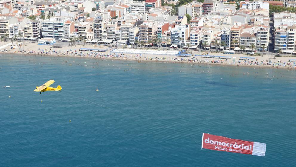 Una avioneta de Òmnium sobrevolará la costa catalana pidiendo democracia
