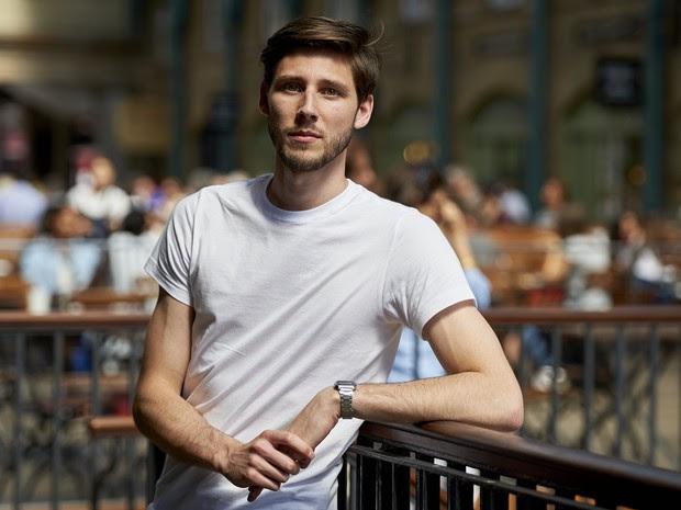 O britânico Thom Feeney, criador da campanha para tentar tirar a Grécia do atoleiro, em Londres, nesta terça-feira (30) (Foto: AFP/Niklas Hallen)