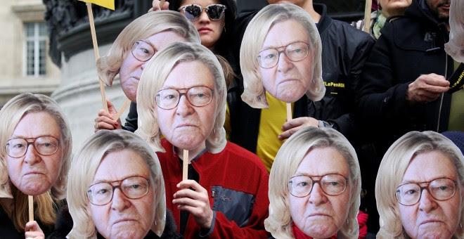Manifestantes con Mascaras de Marine Le Pen y pancartas con el lema #LePenNON. REUTERS/Gonzalo Fuentes