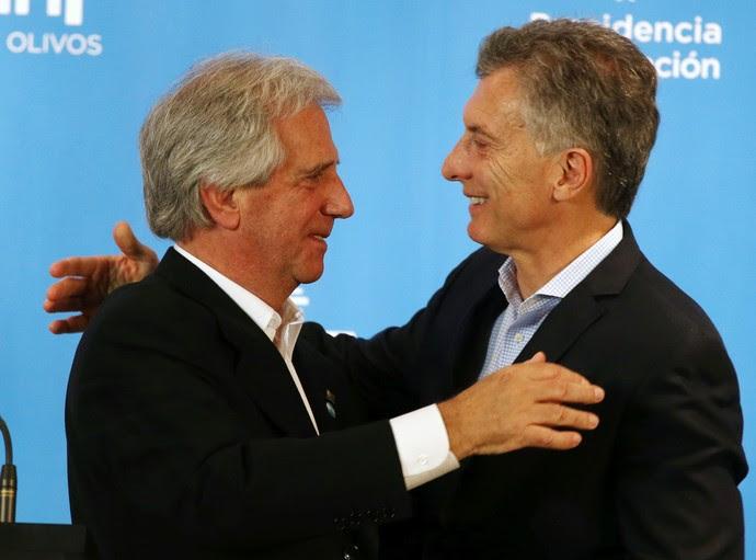 Mauricio Macri e Tabaré Vázquez se abraçam em coletiva (Foto: Reuters)