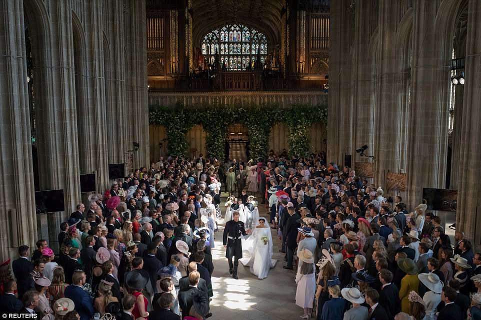 Un mar de rostros sonrientes saluda a Harry y Meghan cuando salen de la iglesia después del servicio de influencia estadounidense conducido por el Arzobispo de Canterbury.