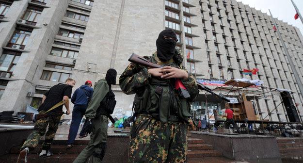 Un militante pro-ruso ante un edificio regional tomado por los separatistas en la ciudad ucraniana de Donetsk.