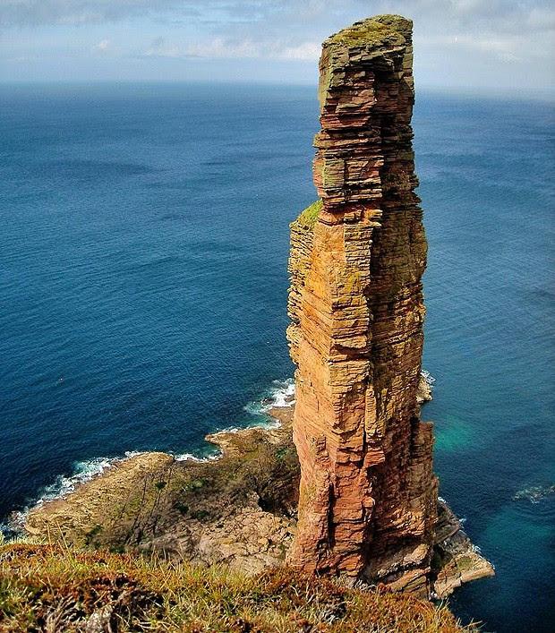 Composta de arenito vermelho, essa obra da natureza se chama Hoy Rock e fica na Escócia. Tem impressionantes 137 metros de altura (Foto: Divulgação)