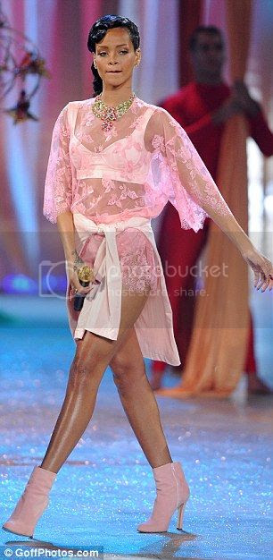 Rihanna sube a twitter un topless tras el desfile de Victoria Secret