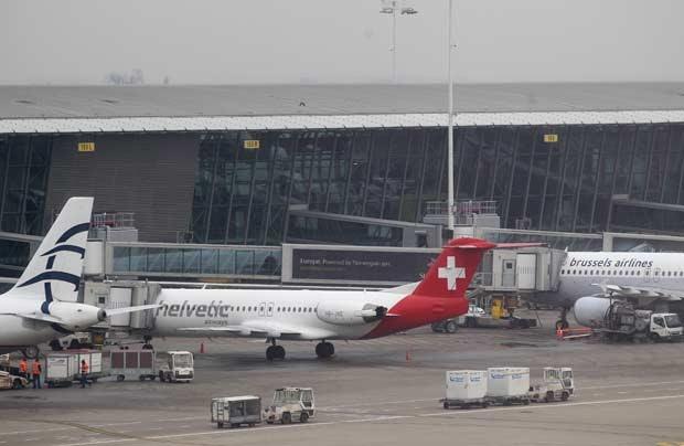 Avião daHelvetic Airways do qual a carga de diamantes foi roubada nesta terça-feira (19) na pista do aeroporto internacional de Bruxelas (Foto: Yves Logghe/AP)