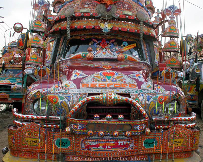Arte dos coloridos caminhões paquistaneses 20