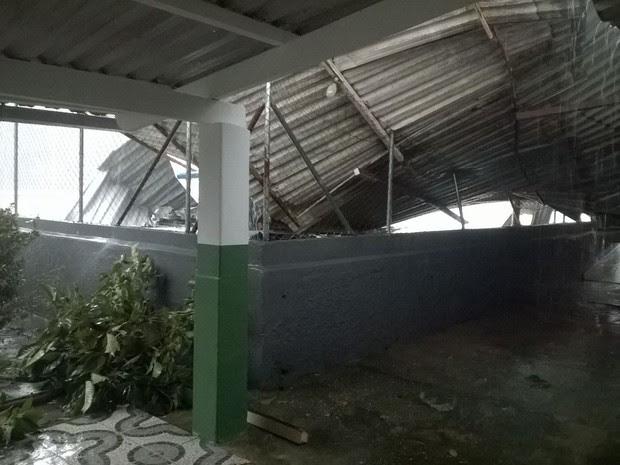Clube teve área destelhada; telhas atingiram área da piscina (Foto: Arquivo Pessoal/Martha Sousa)