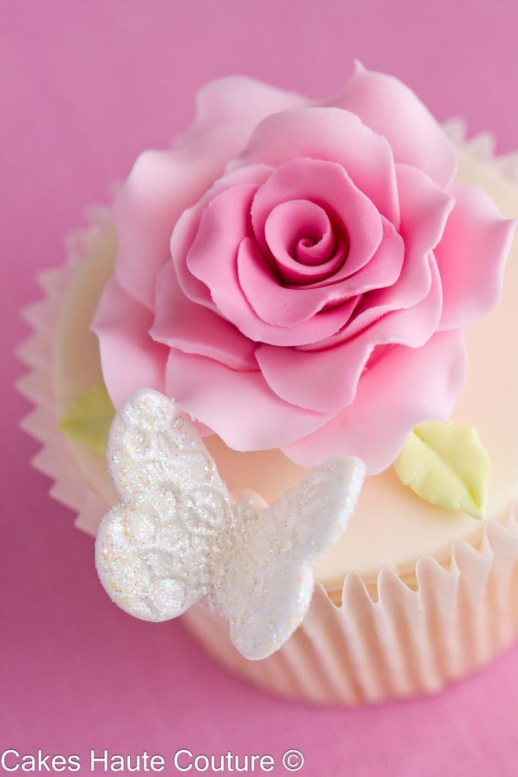 Cupcakes con rosas y mariposas .