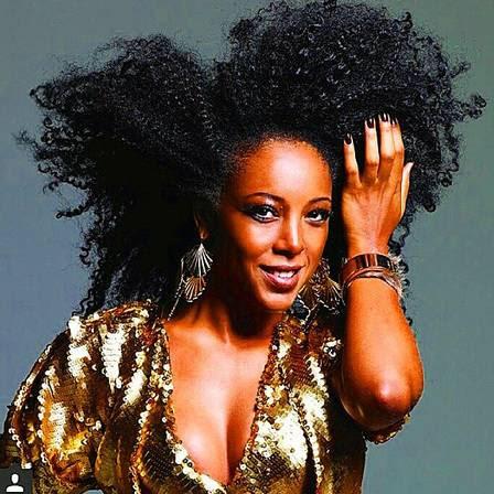 Negra Li usa produtos estrangeiros para dar caimento aos fios de cabelo