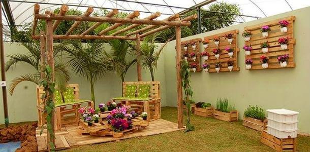 outdoor-furniture-ideas-creative-vertical-pallet-garden-wooden-chairs-flower-table