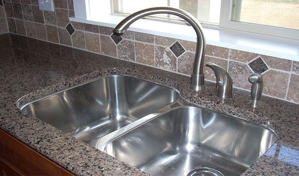 حوض الغسيل في المطبخ