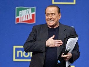 Berlusconi em evento do seu partido neste sábado (23) na Itália (Foto: Mauro Scrobogna/Reuters)