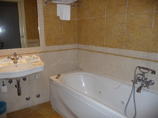 Nice bathroom with a jacuzzi tub, no shower cubicle. - Picture of ...