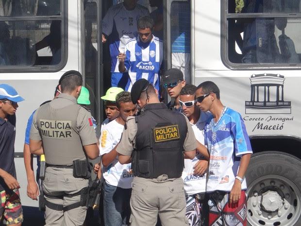 Torcedores do CSA deixam ônibus para prestar esclarecimentos à polícia (Foto: Viviane Leão/GloboEsporte.com)