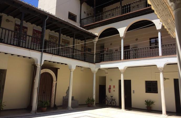 El convento cuenta con tres niveles diferentes, en torno a un patio con arcadas y galerías interiores