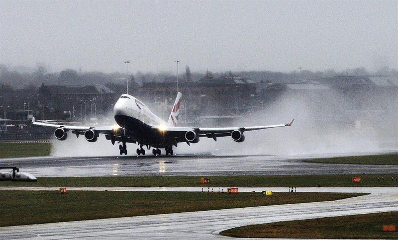 Avião da British Airlines decola em pista molhada do Aeroporto de  Heathrow, em Londres, na Inglaterra