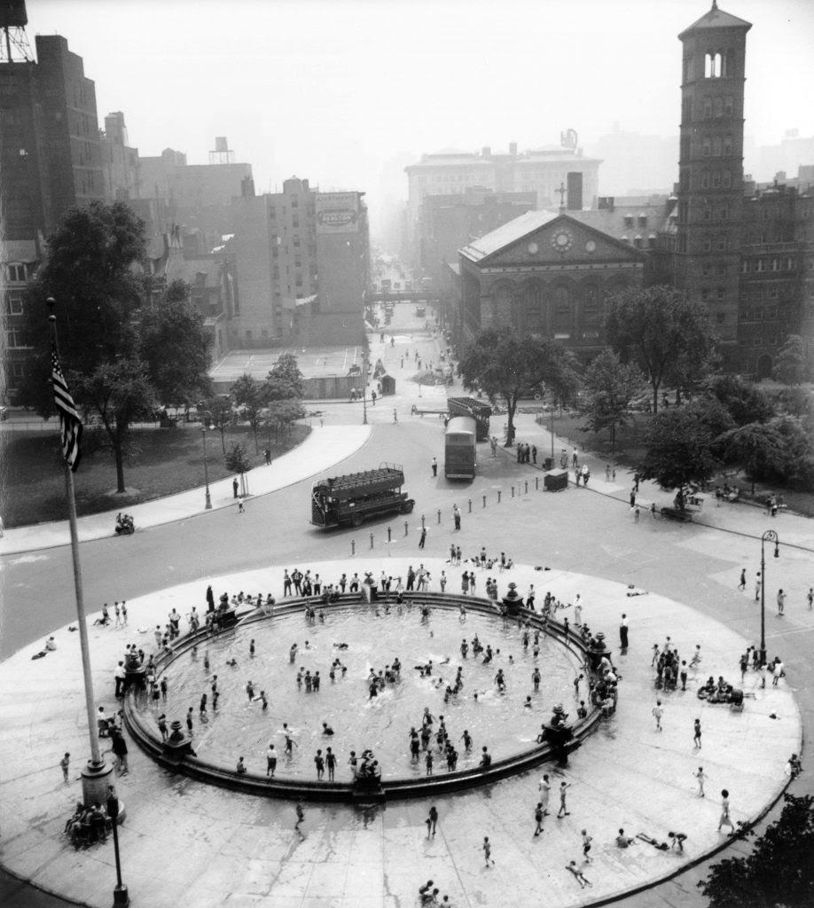 1935-07-17_Bird's eye view with fountain at center, Washington Square Park