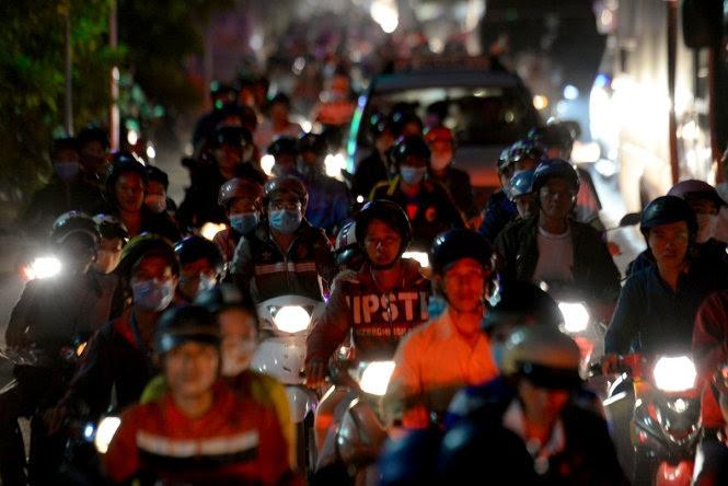 Đường về các tỉnh miền Tây chiều tối 1 tháng 9 đông kín người. (Hình: Tiền Phong)