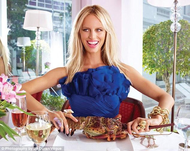 Aconchegar em: Karolina também recebe as mãos sujas como ela dobra em alguns lagosta fresca todos ao mesmo tempo usando um vestido azul de designer