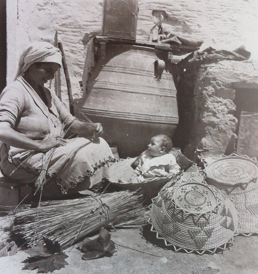 Ενα τρυφερό στιγμιότυπο, μητέρα και μωρό πλέκουν καλάθια παρέα στην Κρήτη, 1930