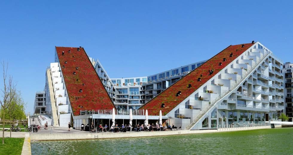 Copenhague fue la primera ciudad que empezó a legislar obligando a los edificios de nueva construcción a instalar en sus azoteas algún tipo de cubierta verde.