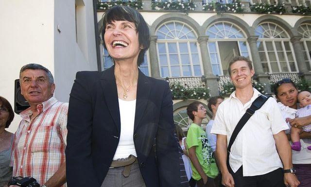Gute Miene zum spekulativen Spiel: Micheline Calmy-Rey zu Besuch in Siders. (17. August 2011)