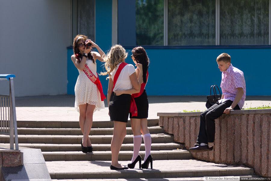Выпускницы фотографируются. Последний звонок в Саранске