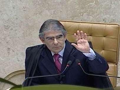 A sessão do Supremo Tribunal Federal (STF) foi suspensa por cerca de 5 minutos nesta quinta-feira depois de um protesto de um índio identificado como Araju Guarani, que pedia a inclusão da etnia no sistema de cotas em julgamento. Foto: Reprodução