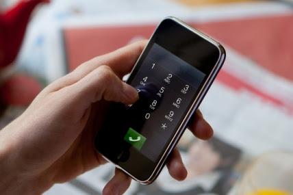 Usuario utilizando un teléfono móvil inteligente